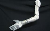 28-летний пациент, который парализован уже более десяти лет (причина — повреждение спинного мозга), снова может «осязать» различные объекты. Это стало возможным благодаря протезу руки, подключенной к мозгу человека, при этом пациент ощущает прикосновение к каждому из пальцев протеза.