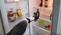 Робот открыл холодильник и принес оттуда пиво
